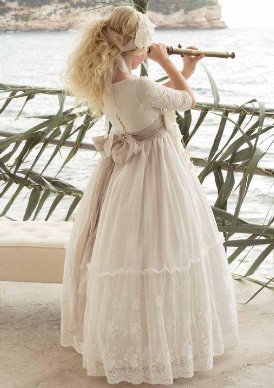 Niña con vestido blanco